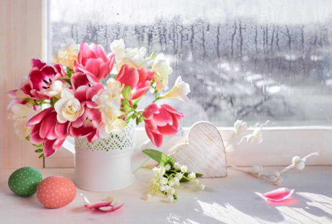 Bunte Freesien in Vase Raumschmuck verschiedene Farben auf der Fensterbank