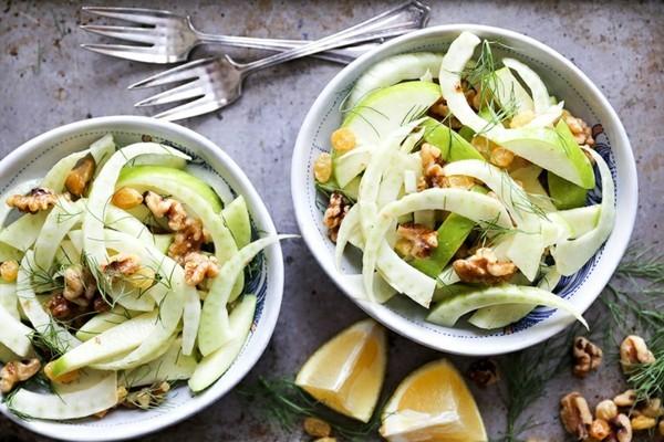Fenchel Fenchelsalat mit Apfel und Nüssen zubereiten Rezept