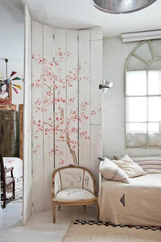 Frühlingsdeko mit Kirschblüten Paravent schmücken mit Blüten im Schlafzimmer