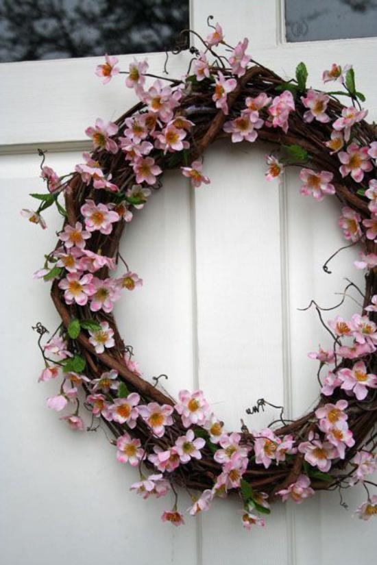 Frühlingsdeko mit Kirschblüten Türkranz einladend und stilvoll zugleich