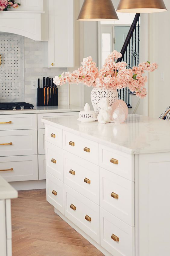 Frühlingsdeko mit Kirschblüten Vase mit Blüten auf der Kücheninsel