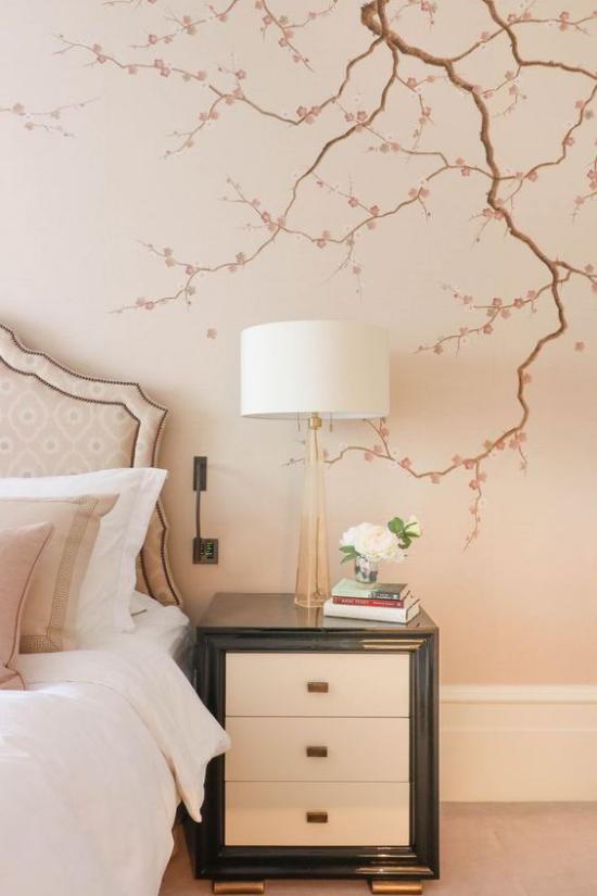 Frühlingsdeko mit Kirschblüten Wandtattoo im Schlafzimmer hellrosa Hintergrund