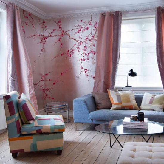 Frühlingsdeko mit Kirschblüten Wandtattoo in einer Ecke im Wohnzimmer rosa Hintergrund