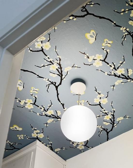 Frühlingsdeko mit Kirschblüten Zimmerdecke mit floraler Tapete dekorieren