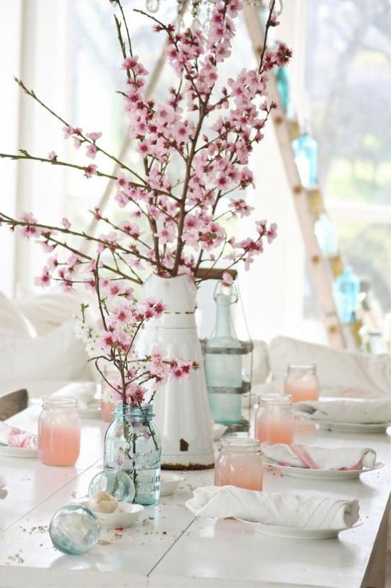 Frühlingsdeko mit Kirschblüten in verschiedenen Gefäßen schmücken den Esstisch rustikaler Touch