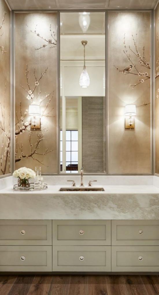 Frühlingsdeko mit Kirschblüten modernes Bad in Weiß großer Spiegel mit Kirschblüten geschmückt