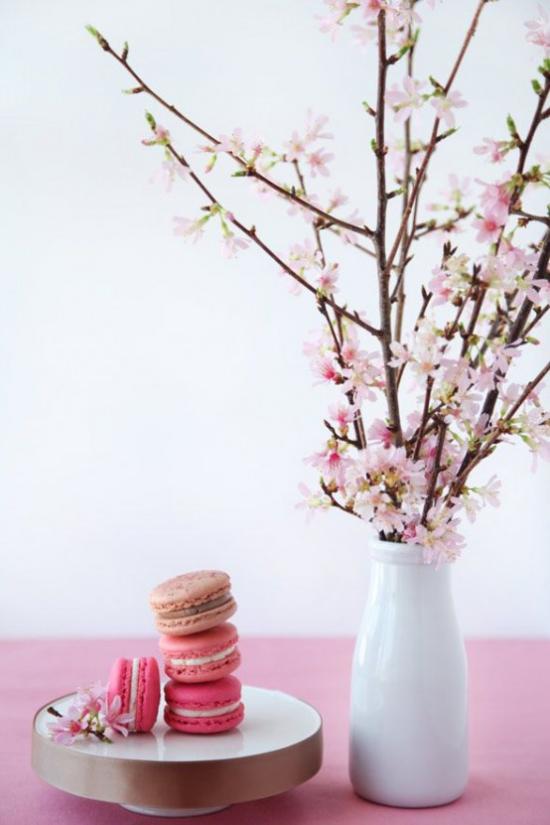 Frühlingsdeko mit Kirschblüten rosa Tischdecke weiße Porzellanvase rosa Makronen