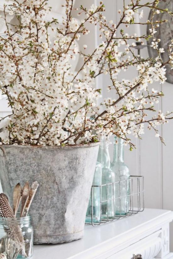 Frühlingsdeko mit Kirschblüten rustikale Deko viele Zweige weiße Blüten im alten Eimer