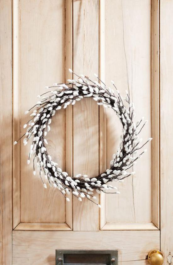 Frühlingsdeko mit Weidenkätzchen Kranz selber binden an die Haustür hängen Ideen