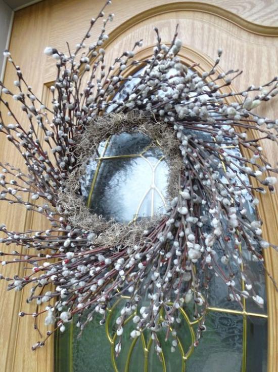 Frühlingsdeko mit Weidenkätzchen Kranz selber binden an die Haustür hängen
