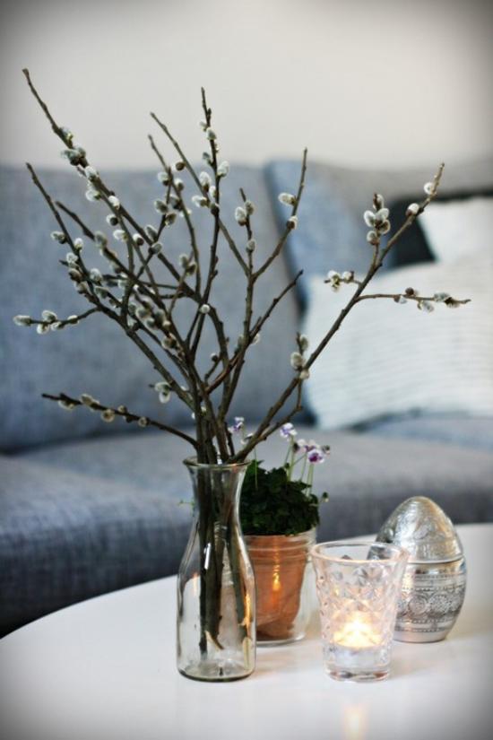 Frühlingsdeko mit Weidenkätzchen Zweige in Vase arrangiert auf dem Kaffeetisch vom Floristen kaufen