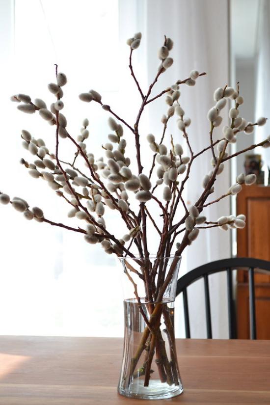 Frühlingsdeko mit Weidenkätzchen in Vase arrangiert noch Palmkätzchen genannt