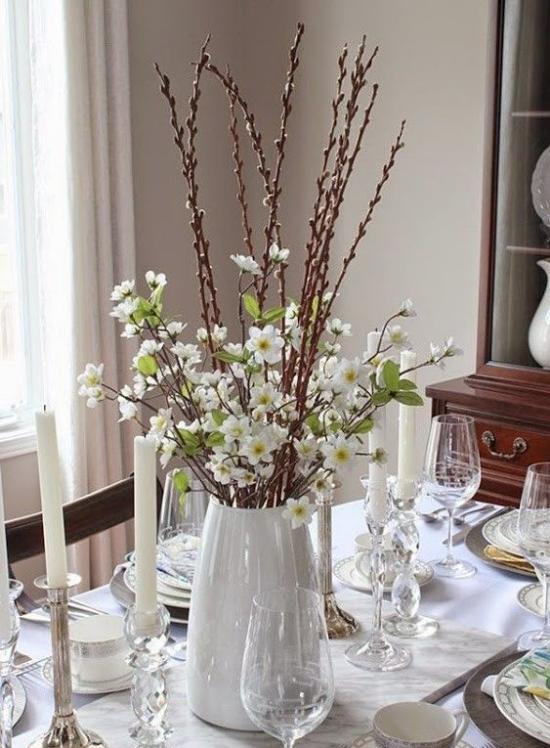 Frühlingsdeko mit Weidenkätzchen in weißer Vase echtes Highlight festlich dekorierter Esstisch