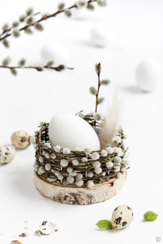 Frühlingsdeko mit Weidenkätzchen kleiner Korb ein Osterei schönes Arrangement große Wirkung