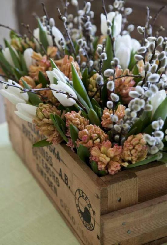 Frühlingsdeko mit Weidenkätzchen mit duftenden Frühlingsblumen im Kasten kombinieren
