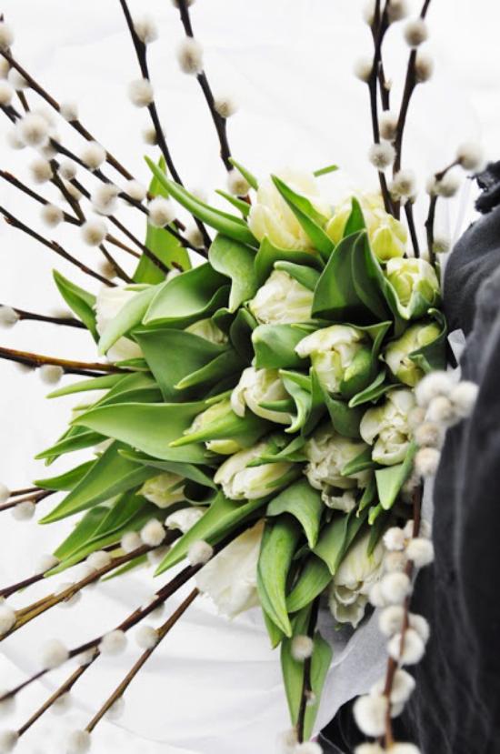 Frühlingsdeko mit Weidenkätzchen weiße Tulpen ein richtiger Hingucker fröhliche Stimmung