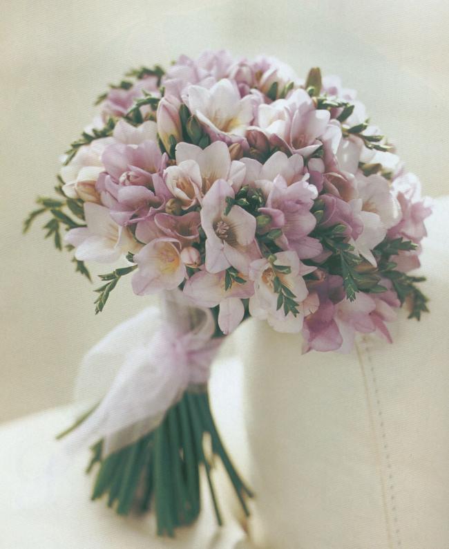 Freesien in Blumenstrauß für Hochzeit schönes Geschenk für die Braut