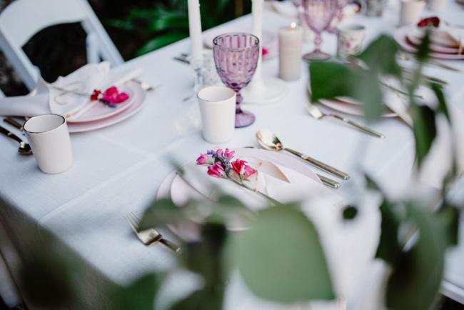 Freesien schöne Farben elegante Formen feiner Duft erstklassige Tischdekoration drinnen und draußen