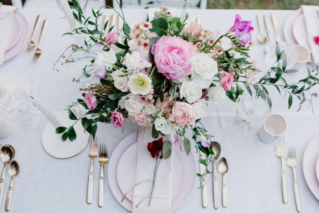 Freesien schöne Farben elegante Formen feiner Duft erstklassige Tischdekoration