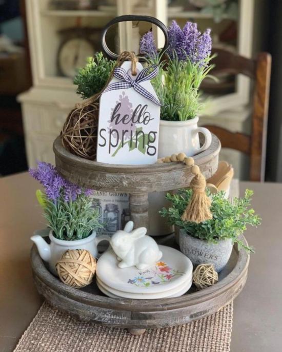 Küche frühlingshaft dekorieren Etagere weißer Hase Kräuer in Töpfen heißen den Frühling willkommen