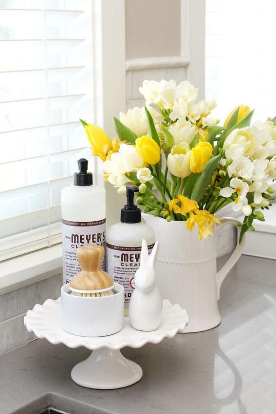 Küche frühlingshaft dekorieren Freesien Tulpen Narzissen in einer weißen Kanne