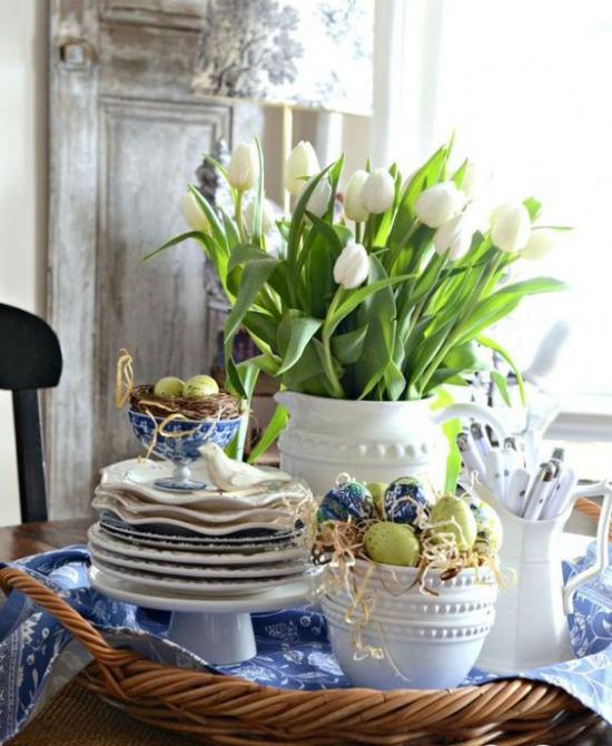 Küche frühlingshaft dekorieren Geschirr in Weiß und Blau der absolute Klassiker weiße Tulpen viel Grün