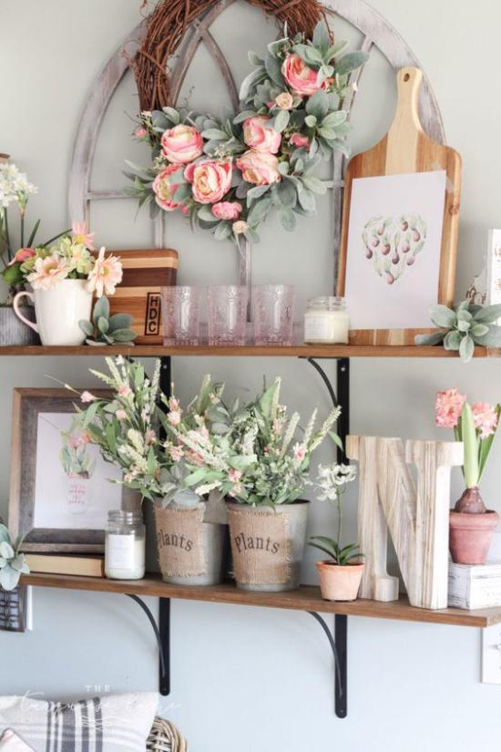 Küche frühlingshaft dekorieren Küchenregal viele Blumen in zarten Farben darauf arrangiert