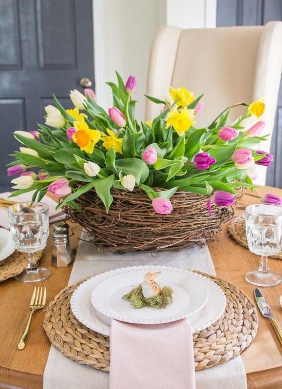 Küche frühlingshaft dekorieren Korb mit Tulpen und Narzissen auf dem Esstisch richtiger Hingucker bessere Laune