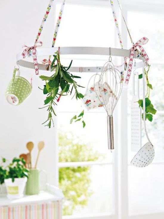 Küche frühlingshaft dekorieren Topf-Rack von der Decke hängend mit Blumen und Grün geschmückt