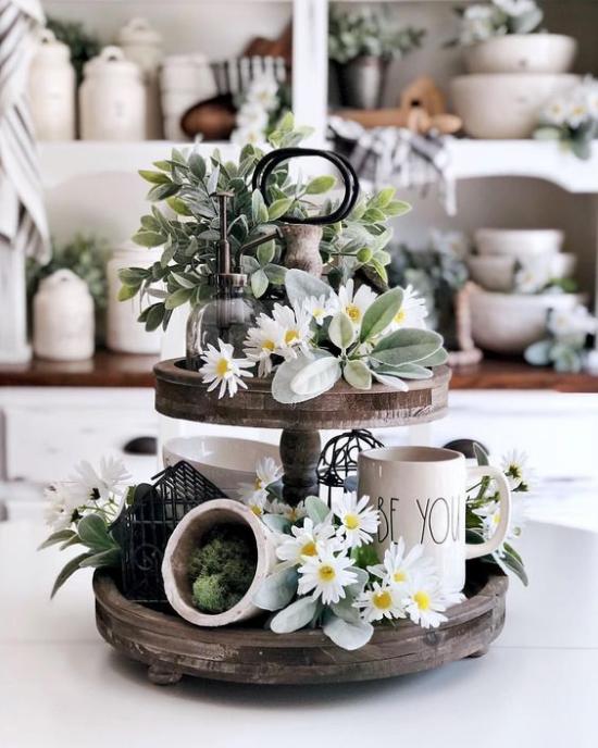 Küche frühlingshaft dekorieren Vintage Etagere mit viel Grün weiße Blumen Porzellanbecher
