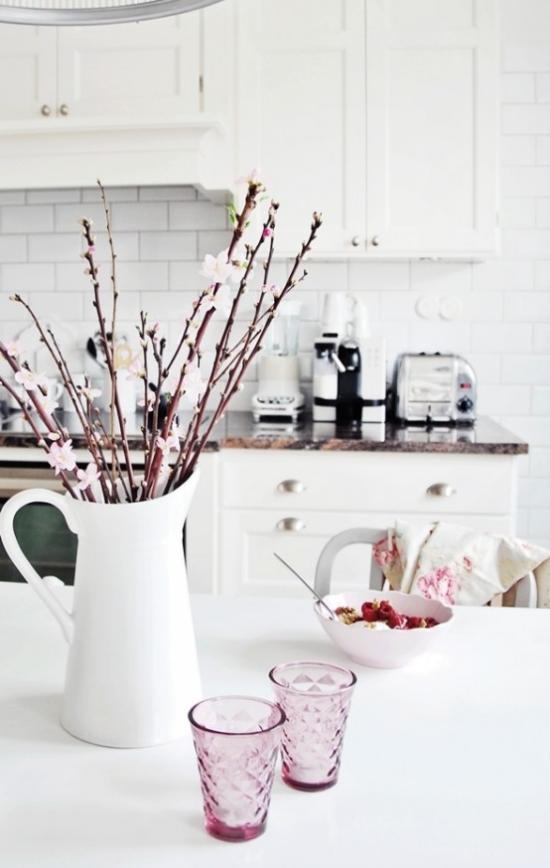 Küche frühlingshaft dekorieren Weidenkätzchen in weißer Porzellankanne hinreißend aussehen
