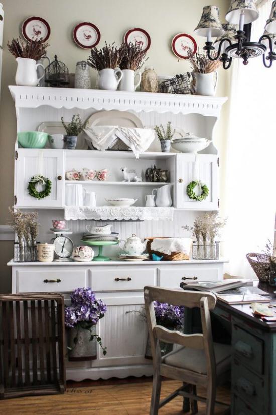 Küche frühlingshaft dekorieren alter Küchenschrank üppig zum Frühlingsanfang geschmückt