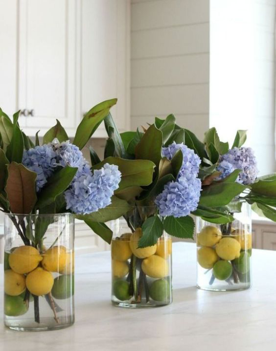 Küche frühlingshaft dekorieren blaue Hortensien in drei Gläsern gelbe Zitronen im Wasser