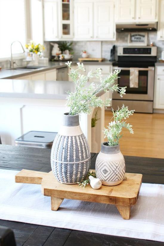 Küche frühlingshaft dekorieren elegante Vasen mit etwas Grün gefüllt Blickfang