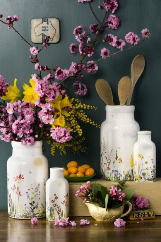 Küche frühlingshaft dekorieren frohe Farben elegante Vasen Utensilien blühende Zweige gelbe Narzissen Zitronen in Schale
