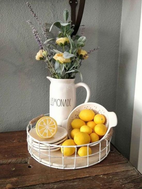 Küche frühlingshaft dekorieren gelbe Zitronen gelbe Rosen etwas Grün in der Ecke der Küche Blickfang