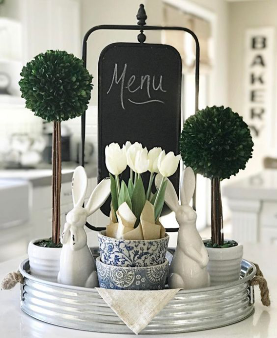 Küche frühlingshaft dekorieren künstliches Grün Menütafel zwei weiße Hasen weiße Tulpen