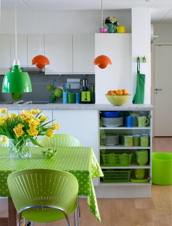 Küche frühlingshaft dekorieren modern und praktisch eingerichtet Grün dominiert Vase
