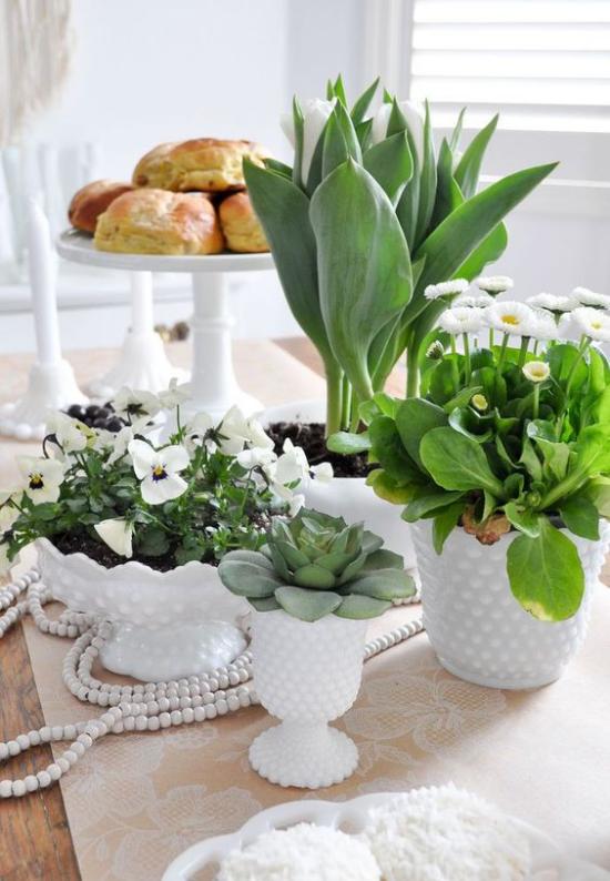 Küche frühlingshaft dekorieren stilvoll Deko Esstisch weißes Porzellangeschirr Astern Tulpen Stiefmütterchen Etagere
