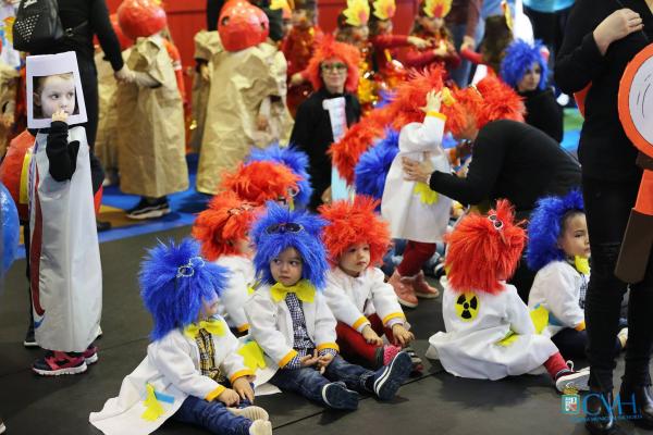 Kinder auf der Straße Karnevalskostüme