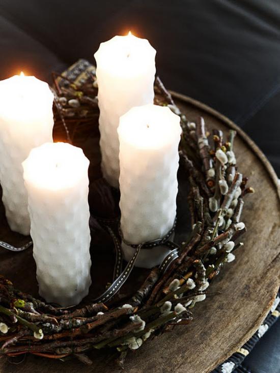 Liebe und Romantik sind in der Luft! Eine hervorragende Deko Idee mit einem Kranz aus Weidenkätzchen und weißen Kerzen.