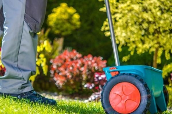 Rasen düngen - Mensch, der fleißig arbeitet