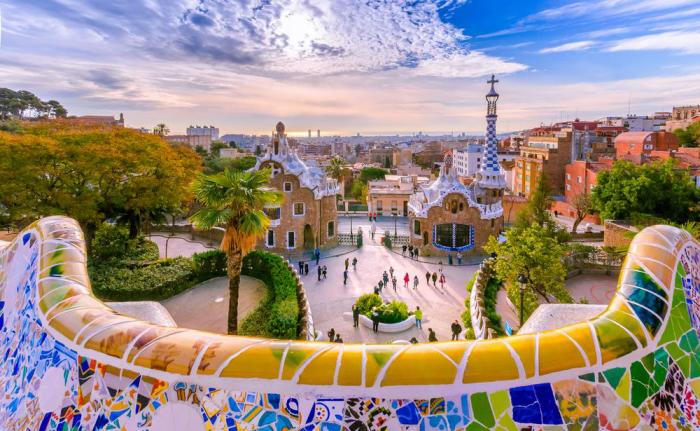 Reiseziele für Romantiker Barcelona Park Güell ein Bauwerk von Gaudi