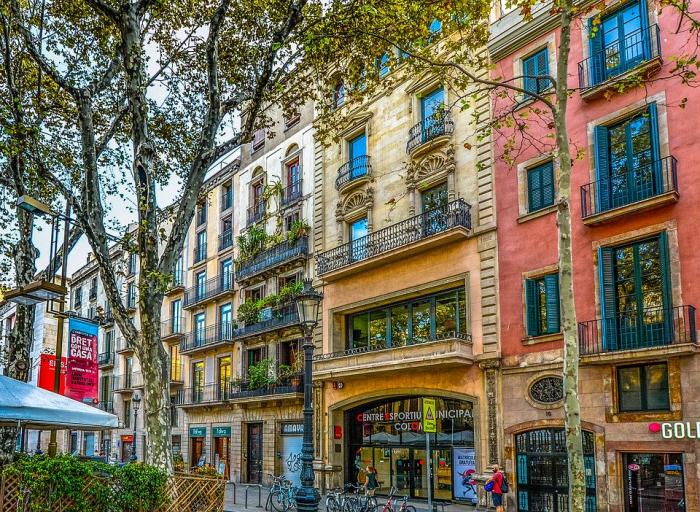 Reiseziele für Romantiker Barcelona spanische Metropole schöne kunterbunte Gebäude