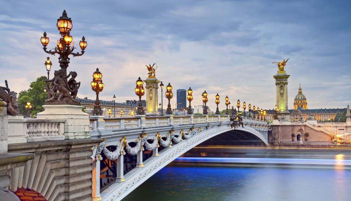Reiseziele für Romantiker Brücke Pont Alexandre III über die Seine im Stil Neobarock errichtet