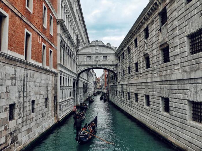 Reiseziele für Romantiker Verona Italien eine Bootfahrt unternehmen durch die Kanäle der Stadt