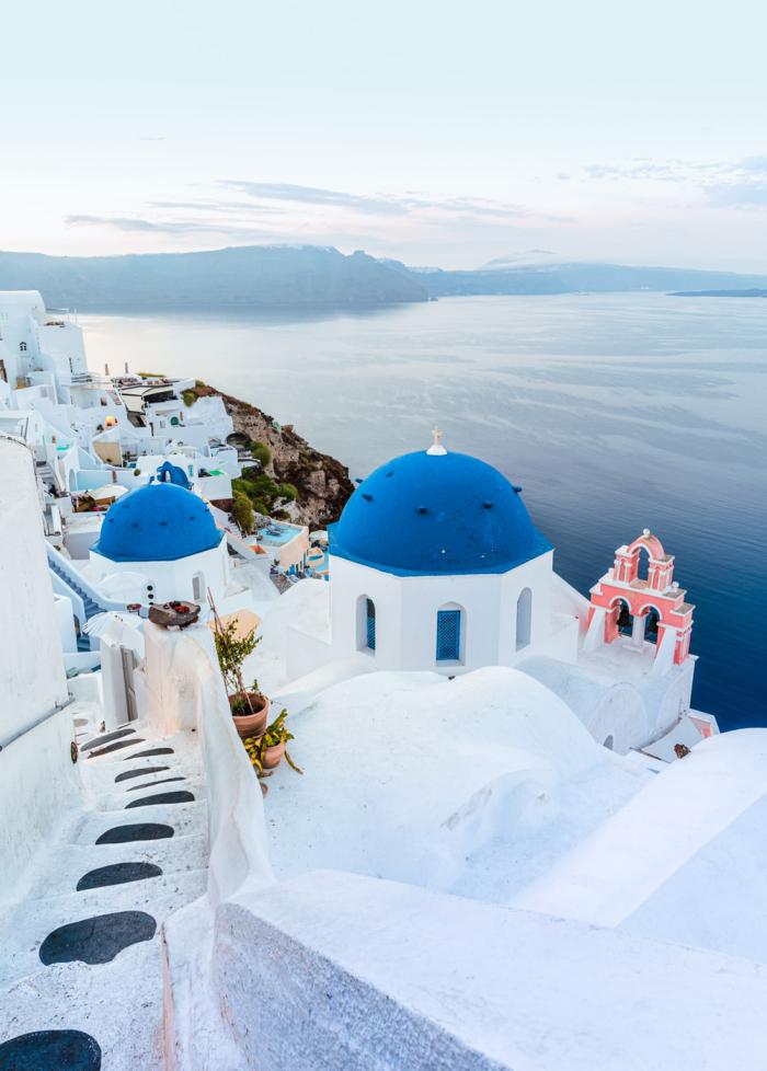 Reiseziele zum Valentinstag reisen zu zweit Santorin Griechenland interessante Architektur azurblaues Meer