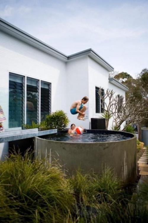 Runde Gartenpools Planschbecken über dem Boden zwei Kinder beim Spielen im Wasser