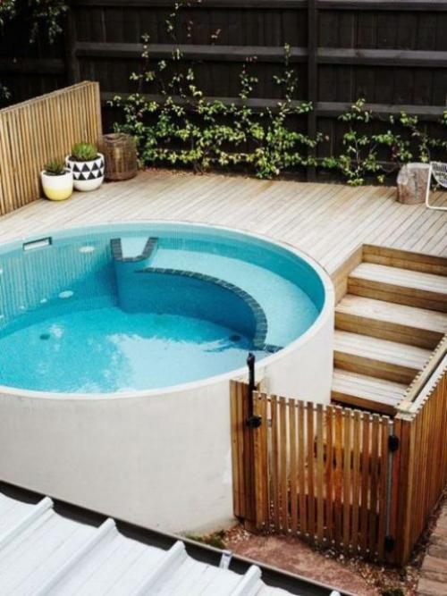 Runde Gartenpools Planschbecken Treppe Zaun aus Holz Deck Sitzecke