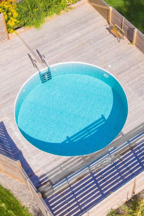 Runde Gartenpools harmonische Form Treppe ins Wasser Deck Zaun schöner Look wirkt einladend